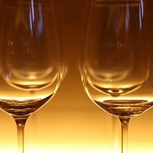 Weingläser in orangenem Licht