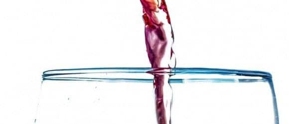 Merlot Wein fließt ins Glas
