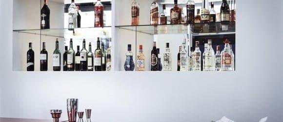 Alkoholflaschen in einem weißen Regal