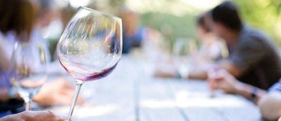 Wann wird Wein schlecht? Ein Glas mit wenig Wein.