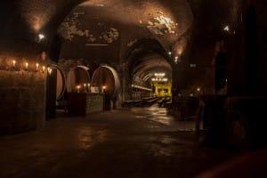 Weinkeller mit altem Gewölbe zur besten Möglichkeit der Weinlagerung