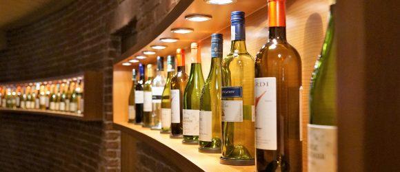 Ein großer Weinkeller mit vielen Weinflaschen